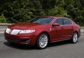 Den aggressivt utformade tvådelade grillen, är inspirerad av 1941 års Lincoln Continental. Formspråket på nya MKS är dynamiskt utmanande. Till detta bidrar den helt omfattande blanklisten runt sidofönstren.