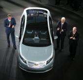 Bilden är tagen på GMs 100-årsdag den 16 sep 2008. Till vänster i bild ser vi Chairman och CEO Rick Wagoner, närmast förardörren Vice Chairman Bob Lutz och vid hans sida President och COO Fritz Henderson. Bilen är produktionsversionen av 2011 Chevrolet Volt.