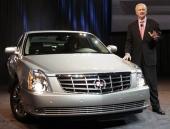 Här ses Gary Cowger, president för General Motors North America, presentera Cadillac DTS på bilsalongen i Chicago.