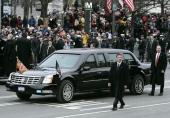 President George W. Bush färdas här på Pennsylvania Avenue den 20 januari 2005, omgiven av personal från Secret Service. Observera utryckningslamporna under främre stötfångaren.