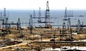 Oljeriggar vid ett oljefält i Baku, Azerbadjan.