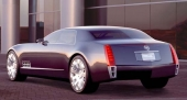 """Baklamporna är vertikalt placerade på känt Cadillac-manér, men på Sixteen obehagligt oskyddade. Personligen skulle jag också vilja bygga på aktern med kanske 30 cm! Eller skall det vara ett """"continental kit"""" där?"""