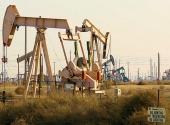 Oljeriggar som ägs av Chevron i Coalinga, California, USA.