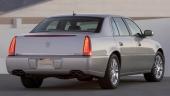 Typisk Cadillac-design med stående baklampor, här kombinerat med ett gigantiskt extra bromsljus i luckans brytning.