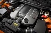 Den 6,2 liter stora V8-motorn är lågt placerad för att ge bilen en låg tyngdpunkt.