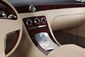 Cadillac kännetecknas av rena interiörer utan någon mångfald av mätare, knappar och reglage. På Sixteen har nödvändiga knappar getts en så diskret utformning som möjligt.