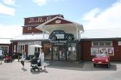 Den trivsamma entrén till Motala Motormuseum. Till höger i bild syns en 1968 Amphicar, som är ett tysktillverkat amfibiefordon. Bilen var främst avsedd för den amerikanska marknaden.