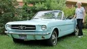 Gail vid sin nyrenoverade 1964 Ford Mustang Convertible.