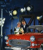 """Världspremiär för nya Opel Kapitän. Här speglas den nya bilen som en filmstjärna och mycket riktigt använde Opel också sin slogan """"En vagn i världsklass""""."""