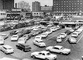 Här är det kö i flera led! Bilen är från 1964 eller senare. För identifiering av bilarna, se artikeltexten.