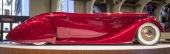 Strömlinjeformen är bedövande vacker! Den låga silhuetten, de stora fenderskirtsen över bakhjulen, dörrarna upphängda i bakkant och med utvändiga gångjärn! Samt helt underbara, heltäckande navkapslar med Packard-logo!