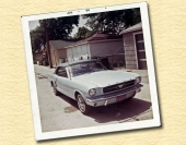 Parkerad framför ett par fastigheter i juli 1964.