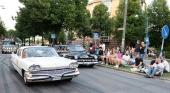 Även allmänhetens intresse är mycket stort. Tusentals och åter tusentals västeråsare kantar ströget där cruisingen rullar fram! Den vita bilen är en 1960 Dodge Dart. Den svarta är en 1951 Mercury.