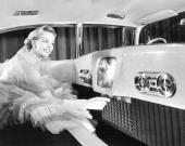 Året är 1955 och här visas en Cadillac med TV för passagerarna i baksätet.