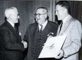 A.E. Barit (Hudson Motor Car Company) t.v., George W. Mason (Nash-Kelvinator) mitten, samt George W. Romney. Bilden är tagen den 1 maj 1954 då American Motors Corporation bildades.