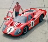 Carroll Shelby poserar stolt vid Ford Mark IV som var vinnarbilen på 1967 års LeMans.