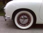 Vita däcksidor var nog aldrig förekommande på Tatraplan när bilarna var nya. Bilsamlaren har valt att sätta lite extra glamour över det hela!