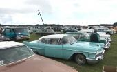 Ett hav med bilar! Närmast kameran Ford Thunderbird, därefter 1958 Cadillac och 1957 Buick. I raden bakom skymtar en sannolikt svart 1966 Chevrolet tillsammans med en extremt ovanlig Ford Club Wagon!