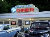 George & Sally´s Diner med parkering av tidsenliga bilar.
