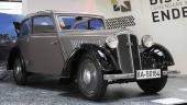 1935 DKW F5 Meisterklasse Convertible Sedan. Under flera decennier var det mycket populärt bland tyska biltillverkare att bygga bilar med sufflettak, men där sidofönstren var kvar tillsammans med karossen. Modelltypen kallas populärt Cabrio-Coach.
