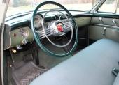 Interiören i 1953 Roadmaster Riviera Sedan. Mäktig ratt och imposant kromgaller dominerar intrycket.