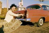Bilden är tagen 1962 i Stenbergen Holland, illustrerande de härliga bensinmackar som fanns förr i tiden. Bilen är en Opel Rekord 1958—1960 (identiskt utseende på dessa årsmodeller)