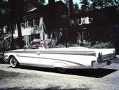 Marilyn Monroe tycks gilla 1960 Edsel, eller ställer hon bara upp på förfrågan från tillverkaren? Bilen är blekt eftersom det är ett original från 1960.