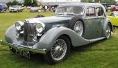 Få kan förstå att denna mycket vräkiga lyxvagn är en 1939 års M.G. WA Saloon med 2,6 liters, 6-cylindrig toppventilsmotor. Förväxlas av många med Bentley! Håller samma dimension, samma design och samma överdådighet.