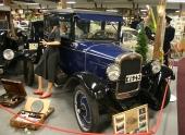 Vad vore väl ett bilmuseum utan Chevrolet? Här pryder en 1927 Chevrolet Capitol sin plats. Notera skyltdockorna och alla nostalgiska prylar runt omkring bilen.