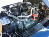 V8:an med sidventiler och på 346 cu.in. i propert originalutförande. Enda avvikelsen är övre kylarslangen som är en universal. Kanske inte så lätt att hitta en original och gummislangar har ju en benägenhet att få torrsprickor.