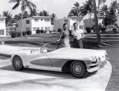 LaSalle II Roadster i naturlig miljö. Notera de smala vita däcksidorna. Närmast unikt 1955.