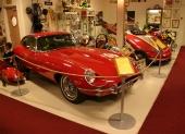 Intill trampbilen från Giordani ståtar en annan verklig skönhet, för visst smälter hjärtat vid åsynen av denna 1969 Jaguar E-Type 4.2 Litre. Återigen, notera mängden automobilia i bakgrunden.