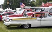 På Power Big Meet samlas entusiastfordon av de mest skilda slag. I förgrunden en 1957 Mercury Turnpike Cruiser med tredelad bakruta och continental kit.