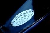 Och lika självklart namnplåten från Dual Motor Company.