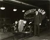 1934 poserar Charles W. Nash stolt vid sidan när Nash 1.000.000 rullar av bandet. (original fabriksfoto).