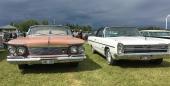 Samma koncern, men ack så olika! Till vänster 1961 Imperial och till höger 1968 Plymouth Fury III Convertible.