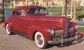 1940 Nash Ambassador. Redan till 1940 återgick man till runda strålkastare, men den stående grillen är som en strimma blott.