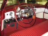 Inredningen på Buick Skylark. Speciell ratt med annat rattcentrum, delikat tvåfärgslackering och genuin läderklädsel.