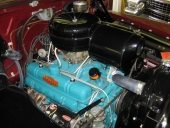 Den nya toppventils-V8:an på 322 cu.in. gav 188 hk. Ett motorrum i nyskick!
