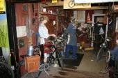 En av många miljöer på muséet. Här en cykelverkstad full med roliga prylar.