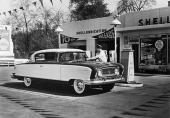 Även om Nash vann de flesta ekonomirallyn i USA, så behövde även en 1956 Nash Statesman tankas ibland!