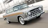 1957 Nash Rambler Custom Rebel var inte alltid, men nästan alltid, lackerade i silver med ett woodgrainingliknande fält utefter sidan. Att bilen är fotograferad på en tävlingsbana är inget att förvånas över! Inte heller att den trots allt har breda, vita däcksidor och heltäckande navkapslar!