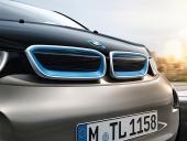 BMW i3 har försetts med blå njurar. Förr i tiden var det mer grill än stötfångare. På BMW i3 är det precis tvärtom och det är klart, att märkets baby måste försvara sig!
